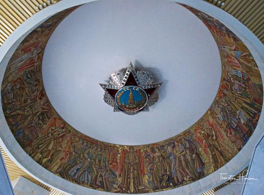 Das Monument bildet den Mittelpunkt einer Gedenkstätte, die an den Sieg der Roten Armee im Zweiten Weltkrieg erinnert.