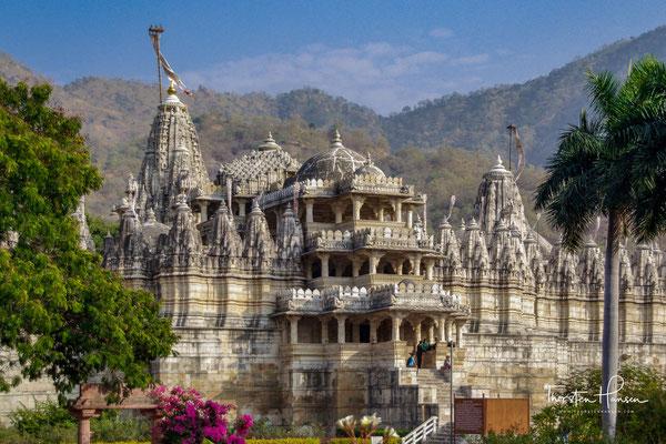 Gemäß einer Inschrift auf einer Kupferplatte geht der Bau des Tempels geht auf einen Traum des Geschäftsmanns Dharna Shah zurück, der ihn um das Jahr 1430 in Auftrag gab