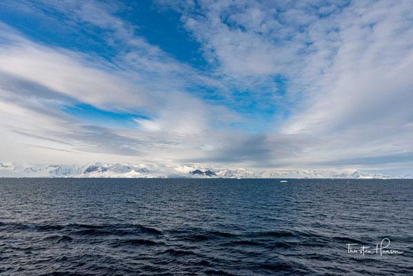 Sie erstreckt sich über eine Länge von etwa 19 km in nord-südlicher Ausrichtung zwischen der Reclus-Halbinsel und Kap Murray.