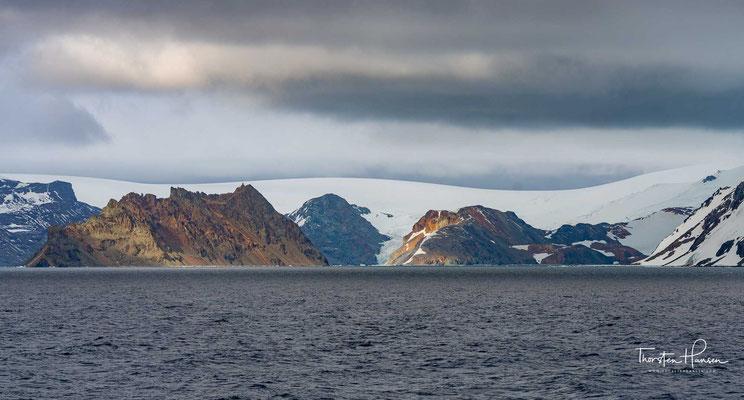 Drei große Buchten im Süden der Insel prägen das Erscheinungsbild, die King George Bay, die Admiralty Bay sowie die Maxwell Bay.
