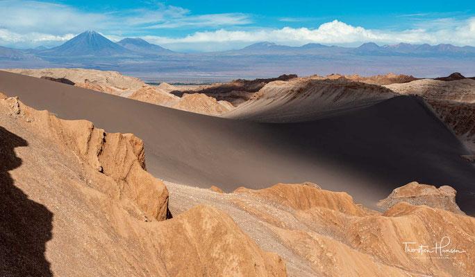 Panoramaansicht des Valle de la Luna bei San Pedro de Atacama, Atacamawüste, Chile. Im Hintergrund der Licancabur