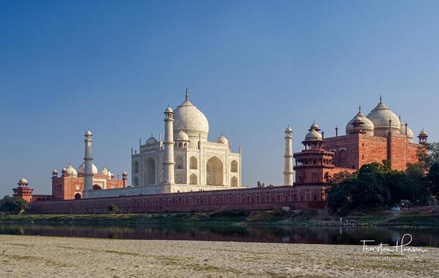 Der muslimische Großmogul Shah Jahan ließ den Bau zum Gedenken an seine im Jahre 1631 verstorbene große Liebe Mumtaz Mahal (Arjumand Bano Begum, später auch Mumtaz-uz-Zamani) erbauen.