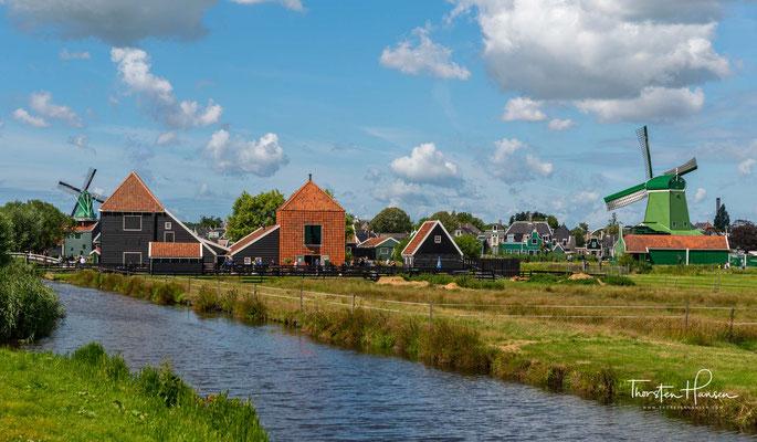 In Zaanse Schans lebt  die Geschichte wieder auf, auch wenn es vielleicht so scheint, ein echtes Dorf hat man dort nicht vor sich.