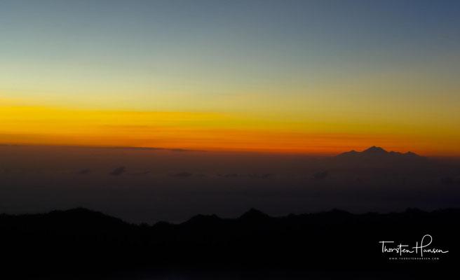 In der Kühle der Nacht erfolgt bei Taschenlampenlicht der etwa zwei- bis dreistündige Aufstieg zum Krater über unbefestigte Pfade.