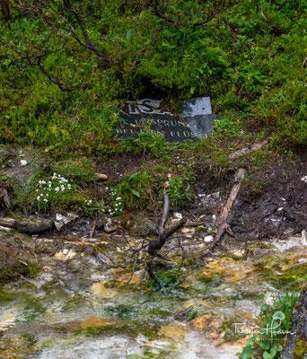 Das rührt daher, dass unter dem karstigen Kalkgestein eine Tonschicht weiteres Versickern unmöglich macht und das Wasser am Fuße der Berge wieder hervortreten lässt.