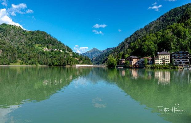 Der See Alleghe entstand am 11. Januar 1771 durch einen Erdrutsch am nahe gelegenen Monte Forca (2356 m s.l.m.; früher Monte Piz genannt).