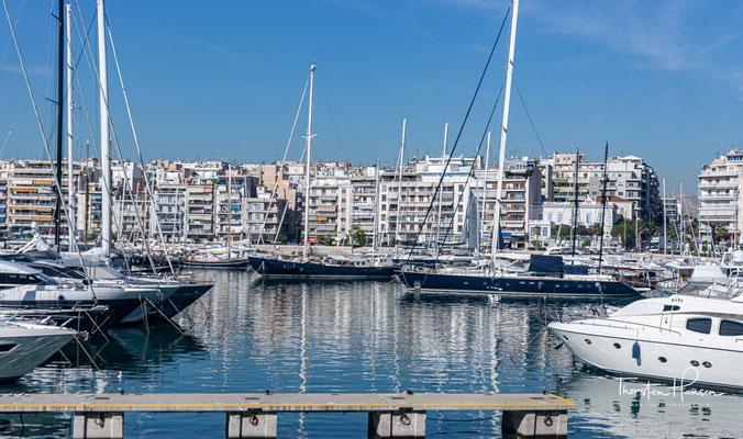 Er wählte die Bucht am Vorgebirge Piräus. Deren Umgestaltung zum Hafen Athens gilt als sein zweites großes Werk. Die Fertigstellung des Hafens verlagerte den Handel von Athen an den Hafen, begünstigt wurde die Ansiedlung durch breite Straßen.