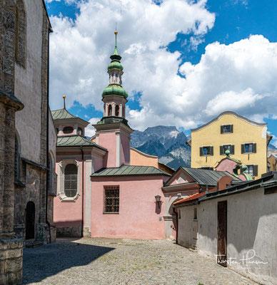 Da aber das Gotteshaus für die aufstrebende Salzstadt zu klein wurde, wurde es im Jahre 1352 umgebaut und erweitert. Im selben Jahr erhielt die Kirche auch das Taufrecht, war aber noch von der Mutterpfarre Absam abhängig.