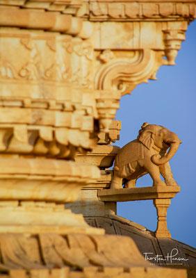 Einige der rings um das Gebäude verlaufenden Figurenfriese mit Elefanten, Tänzerinnen und Musikanten sind gelungene Arbeiten im Stil der mittelalterlichen Traditione