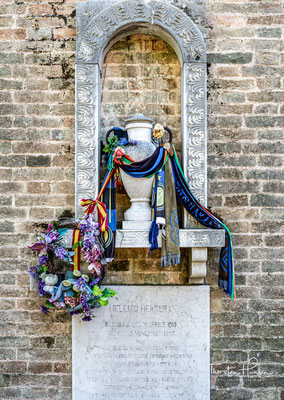 """Grab von Helenio Herrera (* 10. April 1910 in Buenos Aires; † 9. November 1997 in Venedig, Italien). Durch die Verfechtung des Catenaccio bekam der Disziplinfanatiker den Beinamen """"Totengräber des Fußballs""""."""