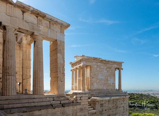Der Tempel der Athena Nike, erhebt sich auf einer kleinen Bastion südwestlich der Propyläen der Athener Akropolis. Er ersetzte einen während der persischen Besatzung der Akropolis 480 v. Chr. zerstörten Vorgängerbau