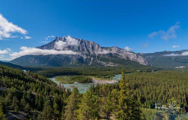 Banff liegt in einer Höhe von 1399 m am Osthang der Rocky Mountains, etwa 140 km westlich von Calgary am Trans-Canada Highway (Highway 1) und 58 km südöstlich vom Lake Louise, am Bow River.