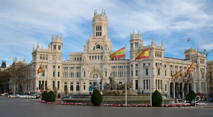 """Der Palacio de Cibeles (""""Palast der Kybele"""", erbaut 1919) ist seit 2007 der Sitz der Stadtverwaltung von Madrid. Benannt ist er nach dem Plaza de Cibeles, an dem er sich befindet. Zuvor war er unter dem Namen Palacio de Comunicaciones bekannt"""