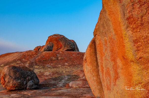 Es besteht aus Granithügeln mit großen verwitterten Felsbrocken, die aufeinander liegen, und aus Schluchten, die mit Büschen bewachsen sind.