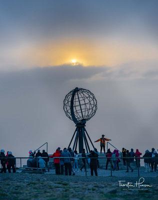 Die aus Stahl gefertigte Skulptur wurde im Jahr 1978 errichtet und stellt einen Globus dar, dessen stählerne Ringe Längen- und Breitengrade abbilden.