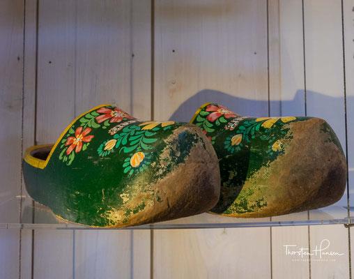Aus diesem Grund kann das Alter Holländischer Klompen nur wage geschätzt werden. Man geht davon aus, dass Holländische Holzschuhe seit dem Mittelalter bekannt sind.