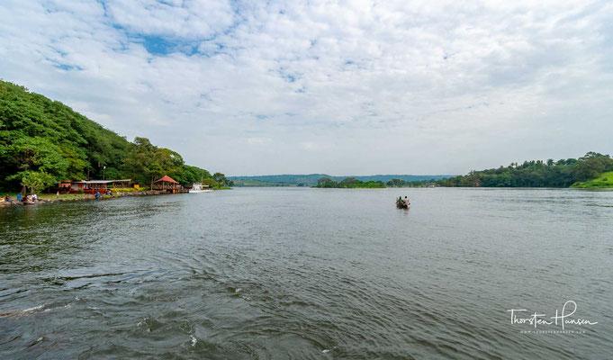 Er entspringt in den Bergen von Ruanda und Burundi, durchfließt dann Tansania, Uganda, den Südsudan und vereinigt sich bei Khartum im Sudan mit dem Blauen Nil zum Nil.