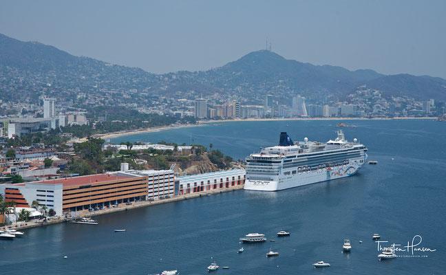 An Bord geht es locker und entspannt zu. Gäste aus zahlreichen Ländern reisen mit den Schiffen von Norwegian Cruise Line. Alles ist möglich. Sie können festliche Kleidung einpacken, denn es gibt in ausgewählten Dining Optionen einen Gala-Abend.