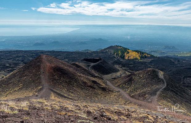 Typisch für den Ätna sind Eruptionen längs aufreißender Spalten. Mit Ausnahme der auf den Gipfelbereich beschränkten Dauertätigkeit des Vulkans waren nahezu alle historischen Ausbrüche an solche Eruptionsspalten gebunden.