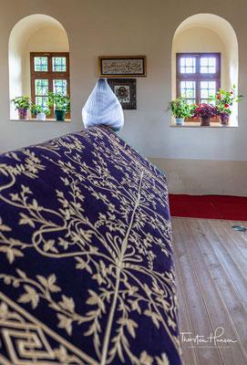 Wie das bei osmanischen Führern, die im Ausland starben, üblich war, wurde die Leiche ausgeweidet, der leere Körper in die damalige Hauptstadt Bursa befördert und die Eingeweide in einer Türbe auf dem Amselfeld bestattet.