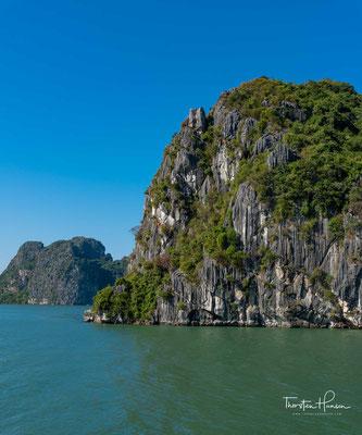 Geologisch entstand die heutige Bucht durch einen im Holozän ertrunkenen Kegelkarst.