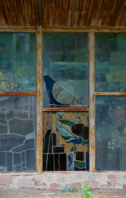 Das relativ kleine Café war in besonderen Design ausgeführt, so unter anderem die großen Bleiglasfenster, die verschiedene Muster aufwiesen.