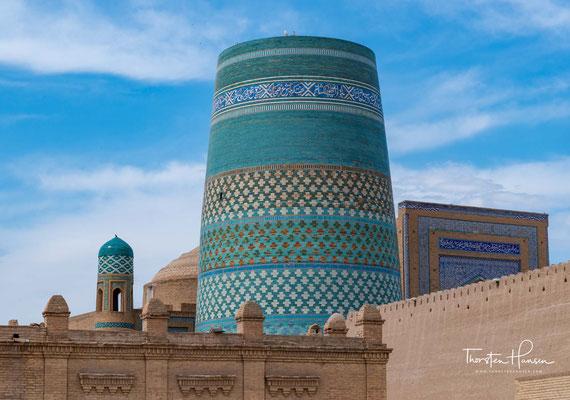 Kalta Minor ist mit auffälligen, glasierten blauen Keramikfliesen, Majoliken, verziert. Er wird als Wahrzeichen der Stadt betrachtet. Kalta Minor hat einen unteren Durchmesser von 14,2 Metern und ist 26 oder 29 Meter hoch.
