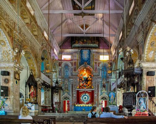Die Innenräume der Kirche sind größtenteils neugotisch mit indischem Einfluss, so der Hauptaltar des berühmten italienischen Malers Antonio Moscheni, SJ, und seines Schülers De Gama aus Mangalore.