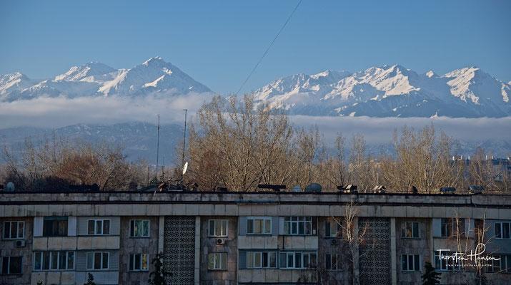 Almaty, die größte Metropole Kasachstans, liegt in den Ausläufern des Berges Trans-Ili Alatau
