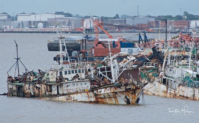 Schiffsfriedhof im Hafen von Montevideo