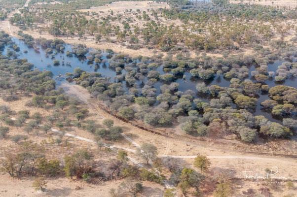 Es wird im Süden durch die Kunyere- und Thamalakane-Spalten begrenzt, die als hydrologische Barrieren quer zum Okavango verlaufen und eine südliche Fortsetzung des Großen Afrikanischen Grabenbruchs (Great Rift Valley) darstellen.
