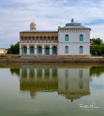 """Sitorai Mohi Xosa ist ein Schloss in der usbekischen Stadt Buxoro, das dem letzten Emir von Buxoro als Sommerresidenz diente. Der Name bedeutet """"Ort, an dem sich Mond und Sterne begegnen""""."""