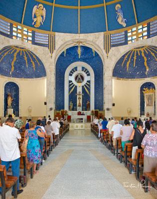 Die der Muttergottes geweihte Kirche wurde in den 1950er Jahren an der Stelle eines Vorgängerbaus der 1900er Jahre errichtet.