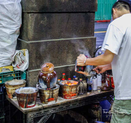 """Einige wie der """"Huaxi-Touristennachtmarkt"""" (oder Schlangenallee) in Taipei sind speziell angelegt und überdacht, die meisten haben sich von selbst an Bürgersteigen"""