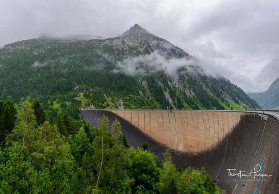 Beeindruckend ist am Schlegeisspeicher die 131 Meter hohe Staumauer. Sie schützt das gesamte Zillertal vor Hochwasser.
