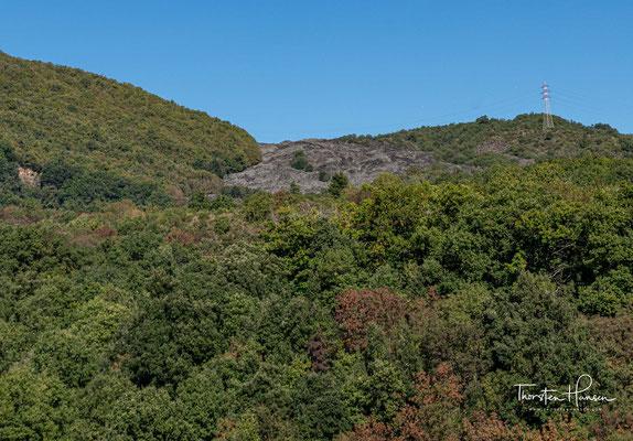 """Der Ätna hat vier Gipfelkrater: den Hauptkrater, den direkt daneben liegenden Krater """"Bocca Nuova"""" (neuer Schlund) von 1968 sowie den Nordostkrater von 1911 und den Südostkrater von 1979, die etwas abseits des Hauptkraters liegen."""