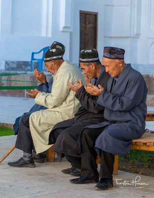 Es zieht jährlich eine große Anzahl von Pilgern und Touristen an und beherbergt neben dem Grab Baha-ud-Dins einen Friedhof, auf dem viele Naqschbandi-Sufis bestattet wurden, sowie ein sufisches Studienzentrum
