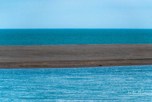 Die Península Valdés besteht größtenteils aus karger Landschaft und einigen kleineren Salzseen, derer größter mit 35 Metern unter dem Meeresspiegel den tiefsten Punkt der Halbinsel bildet.