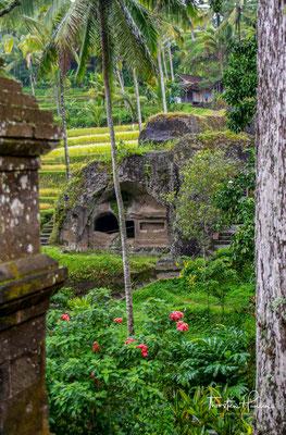 Tatsächlich stammen die Gräber von Gunung Kawi aus dem 11. Jahrhundert und wurden unter König Anak Wungsu zu Ehren seiner Familie errichtet.