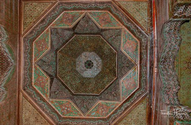 Hier sind die Wände und Decken mit Kacheln, Stuck und Malereien geschmückt, deren Ausführung ein deutliches städtisch-islamisches Geschmacksempfinden verrät.
