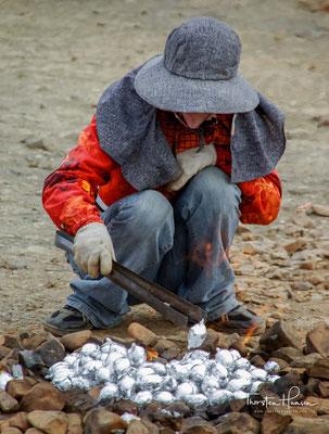 Die Einheimischen sagen den Touristen, dass eine Ölfirma Erdgas beim Bohren der Ölplattform gefunden habe ....