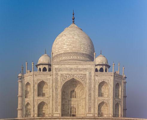 Der Taj Mahal wurde 1983 in die Liste des UNESCO-Weltkulturerbes aufgenommen. Heute gilt es wegen der Harmonie seiner Proportionen als eines der schönsten und bedeutendsten Beispiele des Mogulstils.