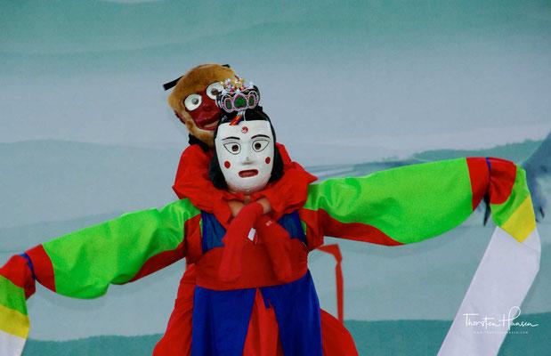 Songpa Sandae Nori (송바 산대 노리), dass sich in Songpa (송바), das heute ein Distrikt im Südosten von Seoul ist, entwickelte, unterscheidet sich nicht grundsätzlich von Yangju Sandae Nori. Die verwendeten Masken waren oval und etwas ausdrucksstärker