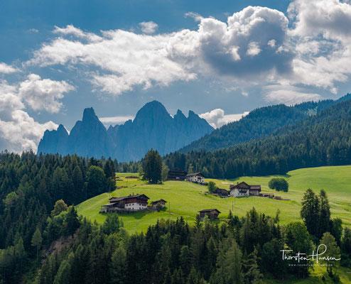 Auf einer engen Strasse und an schönen Almen vorbei, führt der Weg vom Würzjoch nach Brixen. Der Peitlerkofel in einer anderen Perspektive.
