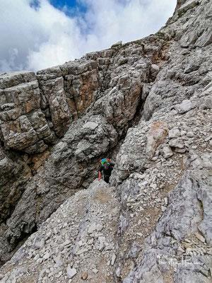 Für Geübte ist keine Klettersteigausrüstung nötig, aber man sollte unbedingt den Helm aufsetzen, da die Route aufgrund des lockeren Materials und der vielen Bergsteiger ziemlich steinschlaggefährdet ist!