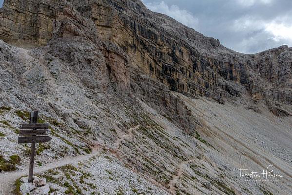 Über einen schmalen Grad führt der Weg von der Roa-Scharte zur Nives-Scharte