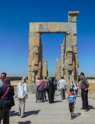 Das Tor aller Länder war ein kleiner quadratischer Palast mit einer Seitenlänge von 24,75 Metern. Er wurde größtenteils während der Herrschaftszeit von Xerxes I. gebaut und fertig gestellt.