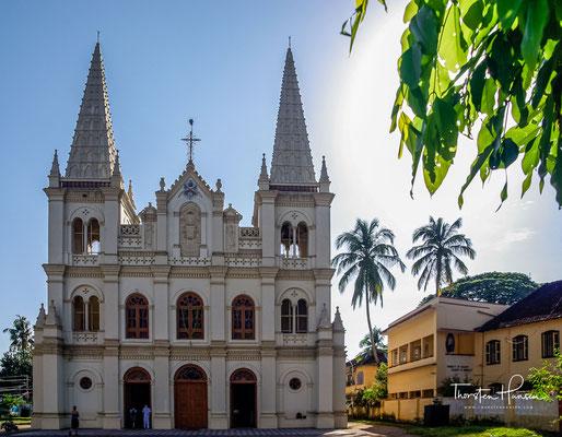 Die Kathedralbasilika Santa Cruz im Fort Kochi. Die Kathedrale wurde am 19. November 1905 von Bischof Sebastião José Pereira, Bischof von Damao, geweiht.