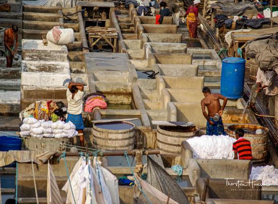 Obwohl auch am Dhobi Ghat längst die Elektrizität Einzug gehalten hat, wird die Wäsche von den Frauen immer noch mit Bügeleisen, die mit glühender Kohle betrieben werden, gebügelt