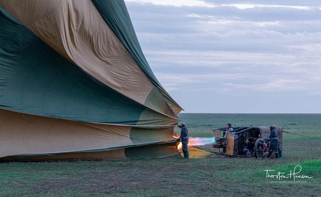 Wenig später befinden Sie Sich im großen Korb des Ballons und gleiten still und sanft über die unendliche Weite der tansanischen Landschaft.